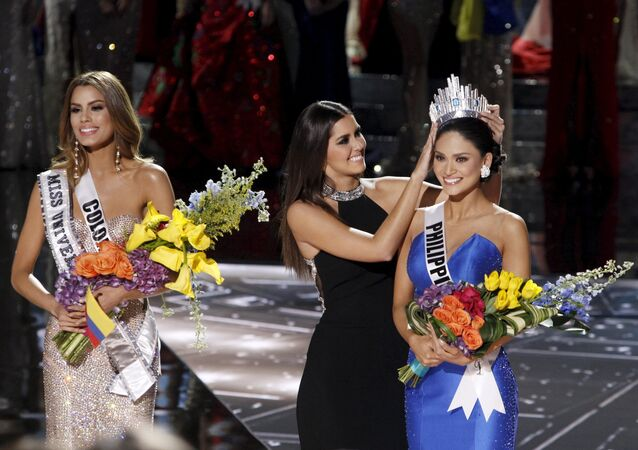 Miss Colombia Ariadna Gutierrez (L) stands by as Miss Universe 2014 Paulina Vega (C) transfers the crown to winner Miss Philippines Pia Alonzo Wurtzbach during the 2015 Miss Universe Pageant in Las Vegas, Nevada, December 20, 2015