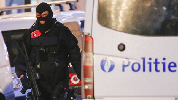 A Belgian special forces police officer patrols a street during a police raid in central Brussels, Belgium, December 20, 2015, which, according to Belgian media, is in connection with last month's deadly Paris attack - Sputnik International