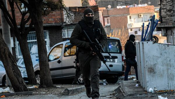 Turkish masked plain clothes police officer patrols a street during a clash between Kurdish activists and Turkish police in the historical Sur district on December 24,2015 in Diyarbakir - Sputnik International