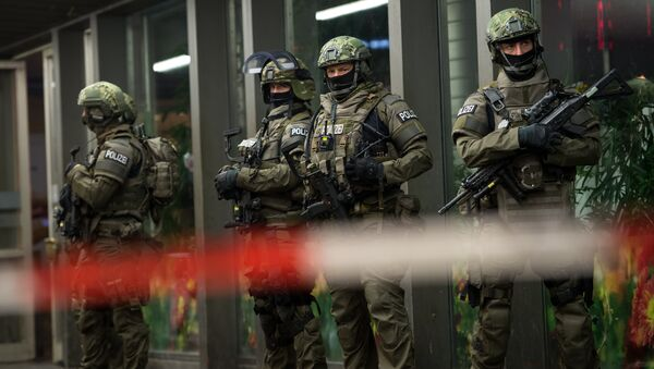German special police stand in front of the Munich, southern Germany, main train station Thursday evening, Dec. 31, 2015 after police warned of 'imminent threat' of terror attack and ordered two train stations to be cleared - Sputnik International