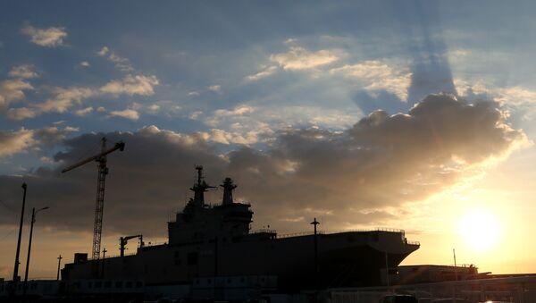 A Mistral-class warships dock at Saint-Nazaire harbor. - Sputnik International