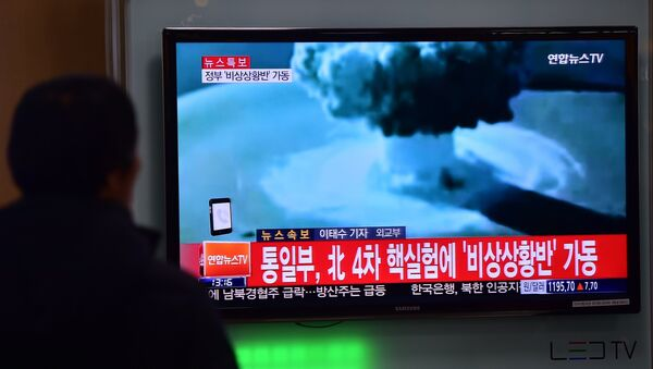 People watch a news report on North Korea's first hydrogen bomb test at a railroad station in Seoul on January 6, 2016 - Sputnik International