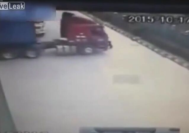 Man tries to stop rolling truck with bare hands