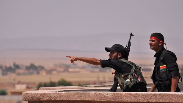 Fighters from the Kurdish People Protection Unit (YPG) monitor the horizon in the northeastern Syrian city of Hasakeh - Sputnik International