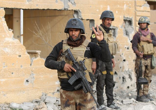 Members of Iraq's elite counter-terrorism service stand on December 27, 2015 in the Hoz neighbourhood in central Ramadi, the capital of Iraq's Anbar province, about 110 kilometers west of Baghdad, during military operations conducted by Iraqi pro-government forces against the Islamic State (IS) jihadist group