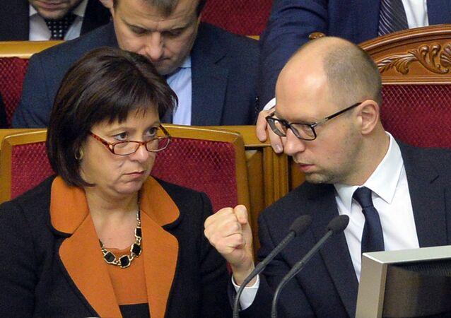 Ukrainian Prime Minister Arseniy Yatsenyuk (R) gestures as he speaks with Finance Minister Natalia Jaresko during a parliament session in Kiev. File photo.