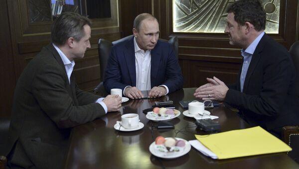 Russian President Vladimir Putin (C) gives an interview to Kai Diekmann (R), chief editor of Germany's Bild newspaper, and Nikolaus Blome, Bild deputy editor, at the Bocharov Ruchei state residence in Sochi, Russia, January 5, 2016 - Sputnik International