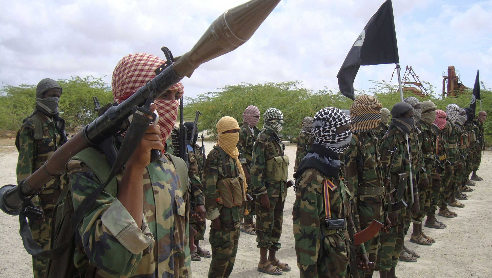 Al-Shabaab fighters display weapons as they conduct military exercises in northern Mogadishu, Somalia - Sputnik International, 1920, 23.07.2021