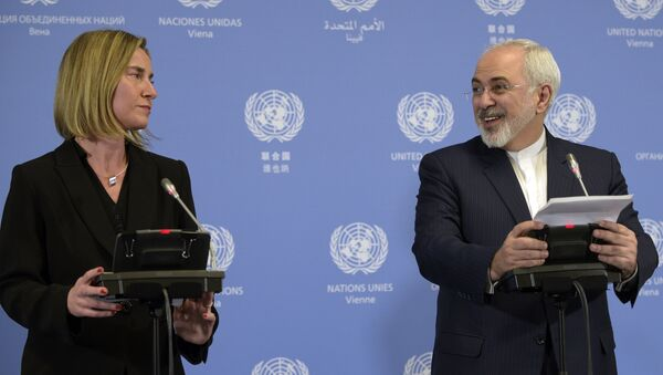 Iranian Foreign Minister Mohammad Javad Zarif (R) and EU foreign policy chief Federica Mogherini hold a press conference in Vienna on January 16, 2016. - Sputnik International