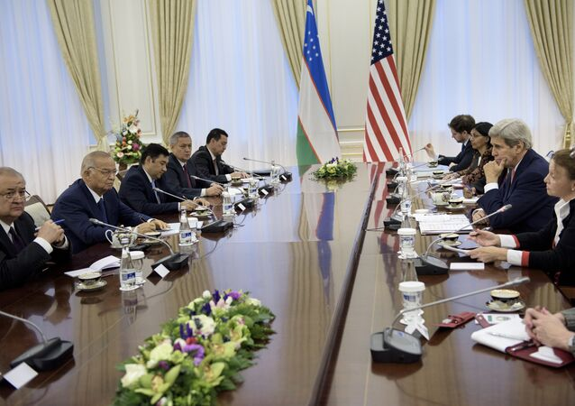 Uzbek Foreign Minister Abdulaziz Kamilov (L), Uzbek President Islam Karimov (2L) and US Secretary of State John Kerry (2R) attend a meeting at the Palace of Forums on the President's Residential Compound on November 1, 2015 in Samarkand