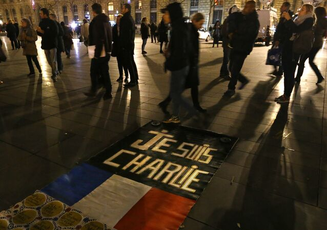 People walk around to banner reading Je suis Charlie