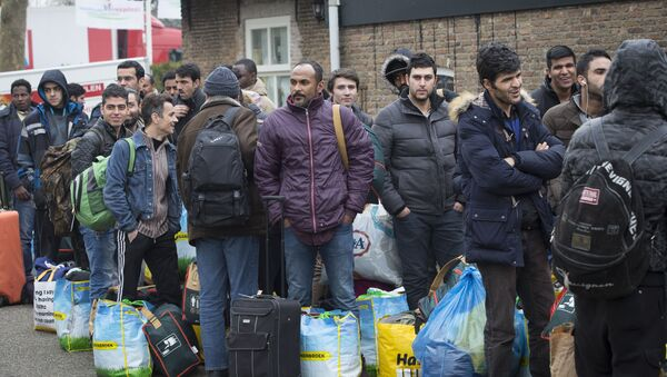 Refugees queue as they arrive at the vacation park Droomgaard in Kaatsheuvel, on January 6, 2016 - Sputnik International