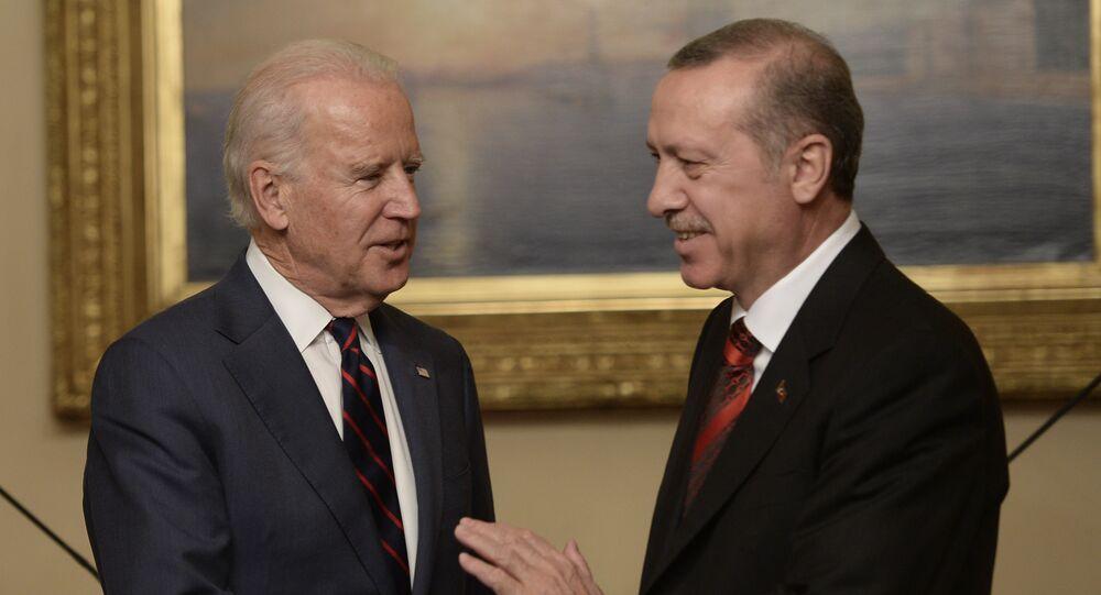 US Vice President Joe Biden (L) pose with Turkish President Rcep Tayyip Erdogan at Beylerbeyi Palace on November 22, 2014 in Istanbul