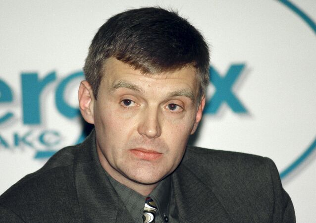 Alexander Litvinenko, then an officer of Russia's state security service FSB, attends a news conference in Moscow in this November 17, 1998 file picture