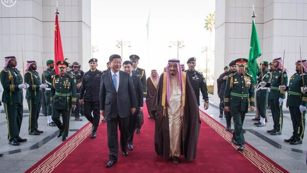 Saudi King Salman (centre R) and Chinese President Xi Jinping review the honour guard during a welcoming ceremony in Riyadh - Sputnik International