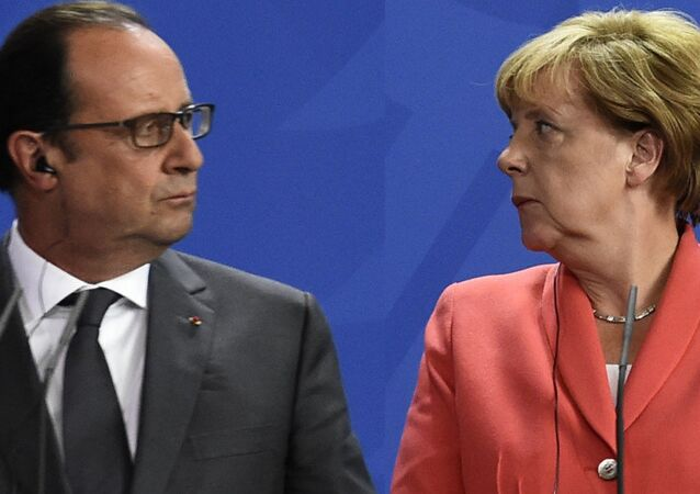 French President Francois Hollande (L) and German Chancellor Angela Merkel (R) address a press conference with the Ukrainian President following talks at the chancellery in Berlin on August 24, 2015.