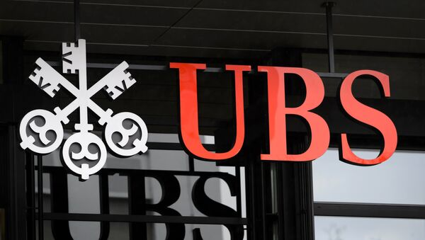 A picture taken on on January 12, 2016 shows the logo of the Swiss global financial services company UBS at the entrance of a branch's building in Zurich. - Sputnik International