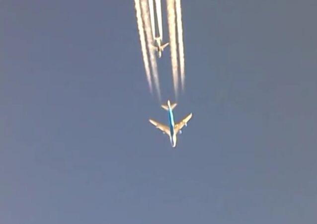 Boeing 747 overtaking a Boeing 737 over Bagdad