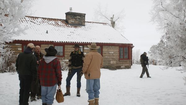 Supporters wait while a meeting takes place with Ammon Bundy, Ryan Bundy and the Pacific Patriots Network, who are attempting to resolve the occupation at the Malheur National Wildlife Refuge, near Burns, Oregon, January 9, 2016. - Sputnik International