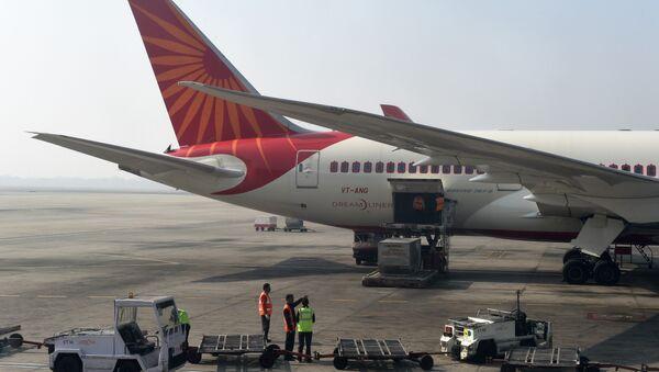 Airport workers load an Air India jet at the main terminal of the Indira Gandhi International airport in New Delhi on November 25, 2014 - Sputnik International