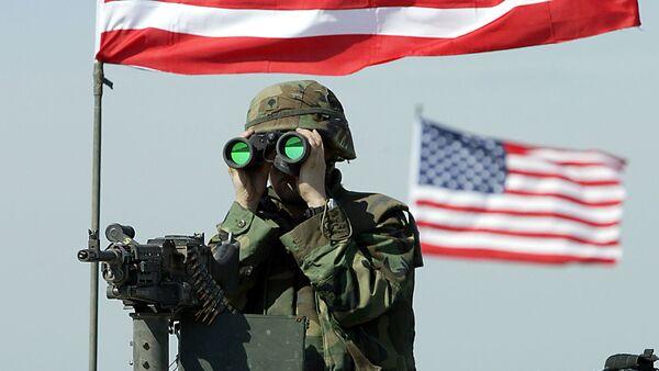 A US soldier peers through binoculars - Sputnik International
