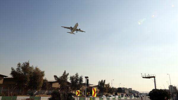 A passenger plane prepares to land at Mehrabad airport in the Iranian capital Tehran on January 18, 2016 - Sputnik International