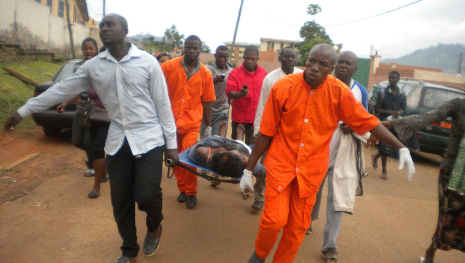 Cameroon Medics evacuate the body (File) - Sputnik International, 1920, 02.08.2021