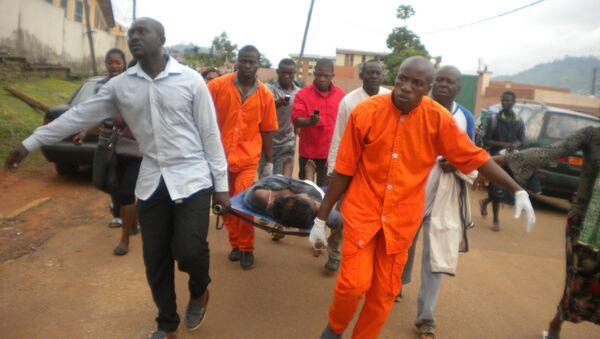 Cameroon Medics evacuate the body (File) - Sputnik International
