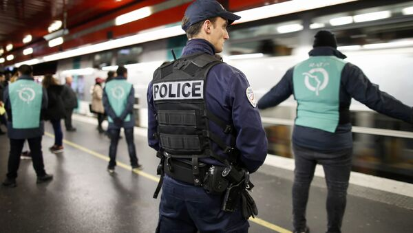 A policeman patrols inside the RER (suburban rapid transit) station of Auber in Paris, France, December 30, 2015, as a security alert continues during the Christmas and New Year holiday season following the November shooting attacks in the French capital. - Sputnik International