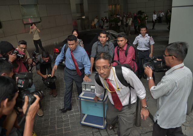 File Photo: Malaysian police seize equipment from the 1Malaysia Development Berhad (1MDB) office in Kuala Lumpur on July 8, 2015