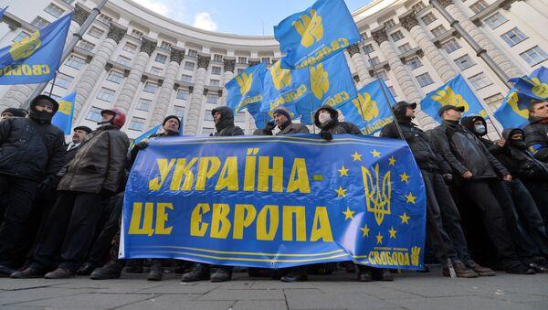 Protesters hold a placards reading Ukraine is Europe - Sputnik International