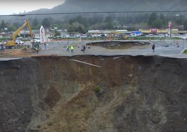 Monster sinkhole swallows Oregon highway