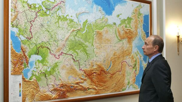 Russian President Vladimir Putin looks at a map in his country at his residence of Novo-Ogaryevo outside Moscow - Sputnik International