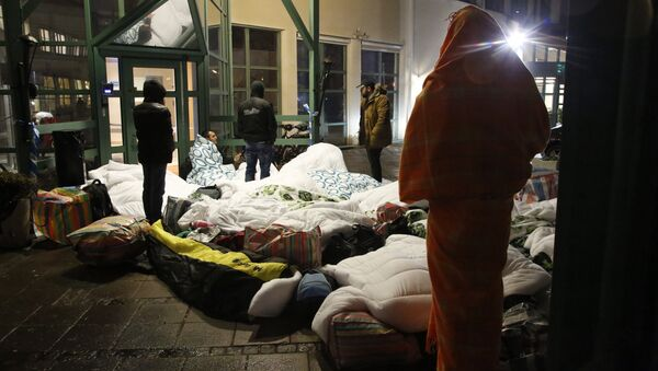 Refugees sleep outside the entrance of the Swedish Migration Agency's arrival center for asylum seekers at Jagersro in Malmo, Sweden, early November 20, 2015 - Sputnik International