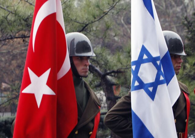 Turkish honour guard soldiers hold an Israeli and Turkish flags (File)