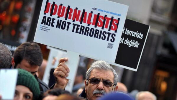 Turkish journalists gathered to protest against the jailing of opposition Cumhuriyet newspaper's editor-in-chief Can Dundar and Ankara representative Erdem Gul, in Istanbul, December 2015. - Sputnik International