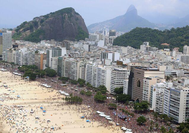 General view of revelers enjoying the A Favorita carnival band parade on Copacabana Beach, Rio de Janeiro, Brazil, on February 6, 2016