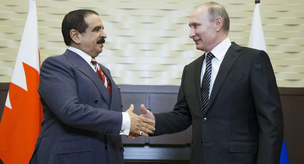 Russian President Vladimir Putin (R) welcomes Bahrain's King Hamad bin Isa Al Khalifa during a meeting at the Bocharov Ruchei state residence in Sochi, Russia