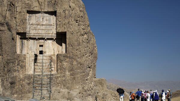 Tourists visit the tomb of Achaemenid empeor, Darius I the Great at Naqsh-e Rostam necropolis, located about 12 km northwest of Persepolis, near Shiraz in southern Iran on September 26, 2014 - Sputnik International