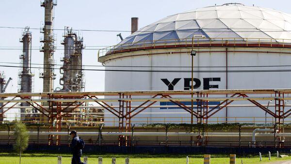 A man runs in front of a YPF oil company refinery plant in La Plata, Argentina (File) - Sputnik International