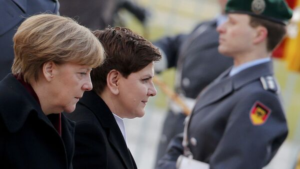 German Chancellor Angela Merkel (R) and Polish Prime Minister Beata Szydlo inspect the guard of honour during a ceremony at the Chancellery in Berlin, Germany, February 12, 2016. - Sputnik International