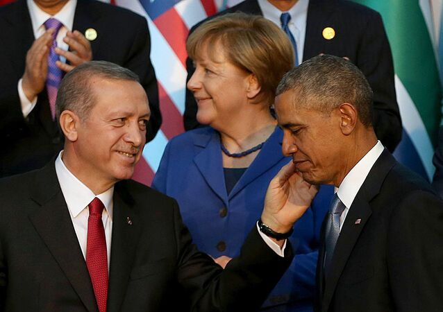 Turkish President Recep Tayyip Erdogan (L) speaks with US President Barack Obama (R) (File)