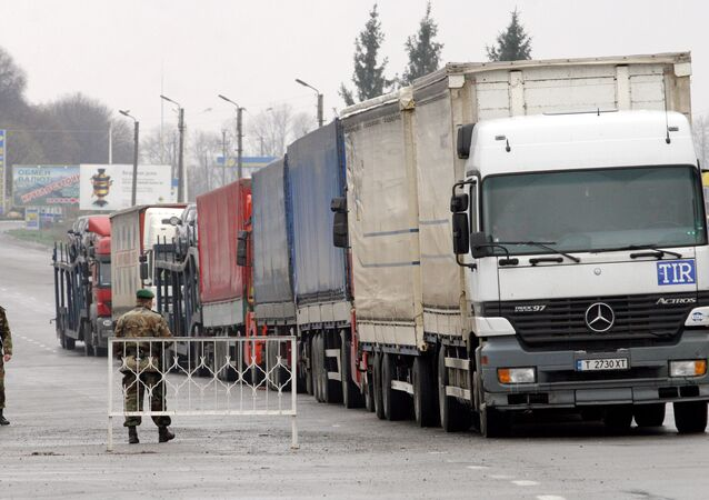 Ukrainian customs and border service officers at the Hoptivka car border crossing on the Ukrainian-Russian border. (File)