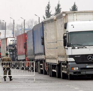 Ukrainian customs and border service officers at the Hoptivka car border crossing on the Ukrainian-Russian border. (File)