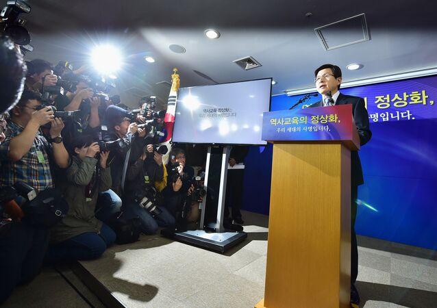 South Korean Prime Minister Hwang Kyo-Ahn (R).