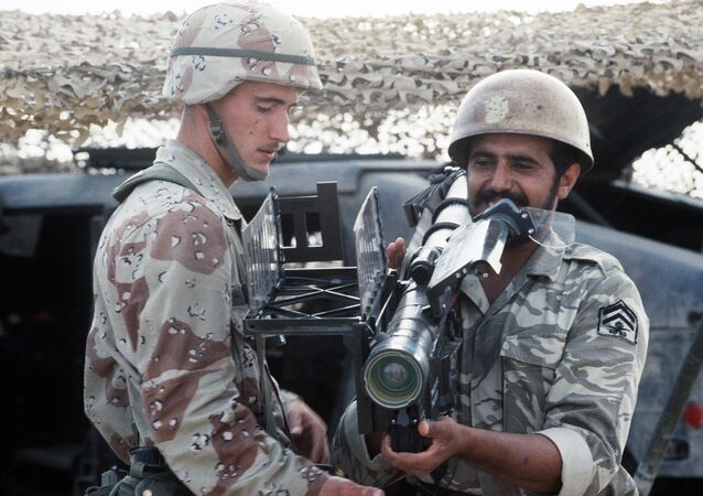A US Airborne Infantryman stands by as a Saudi Arabian national guardsman sights an FIM-92A Stinger portable anti-aircraft missile launcher. Archive photo.