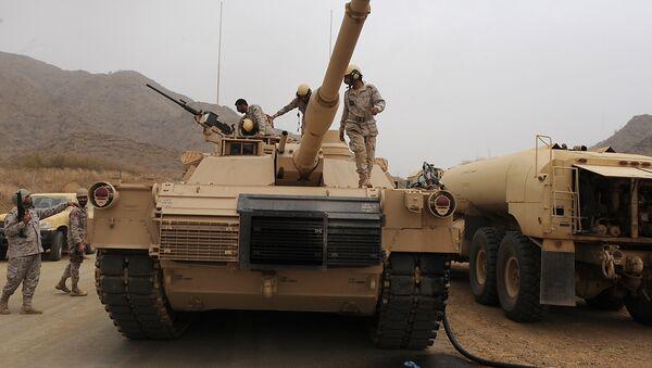 Saudi soldiers are seen on top of their tank deployed at the Saudi-Yemeni border, in Saudi Arabia's southwestern Jizan province, on April 13, 2015. - Sputnik International