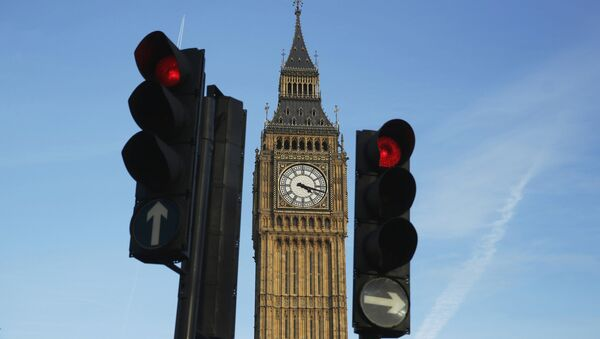 Red traffic lights stop traffic in front of the Big Ben bell tower at the Houses of Parliament in London, Britain February 22, 2016. - Sputnik International