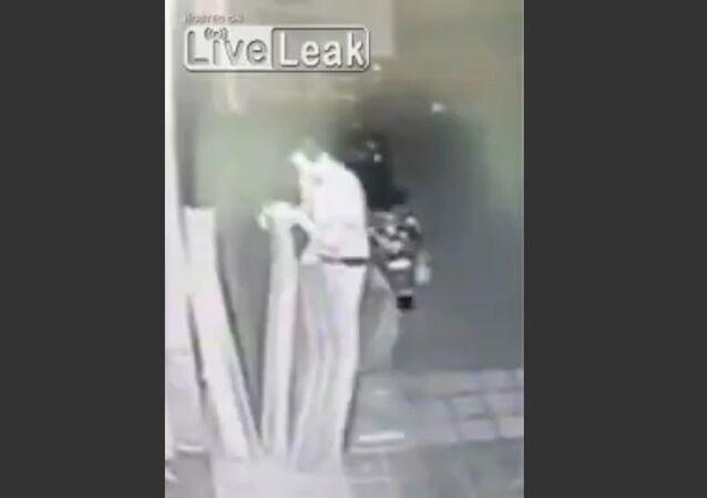 Marble slabs fall on thief's leg