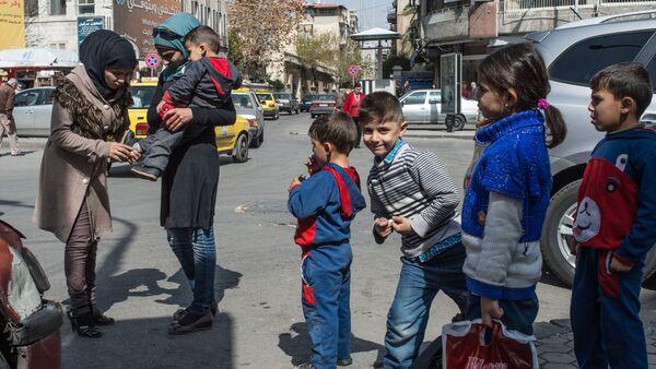 Жители Дамаска на улицах города в первый день перемирия - Sputnik International